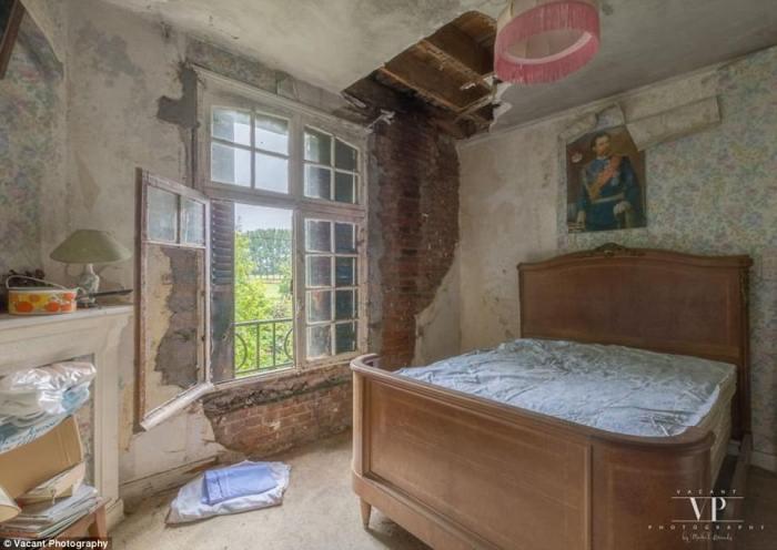 Некоторые комнаты сильно пострадали за прошедшие годы.