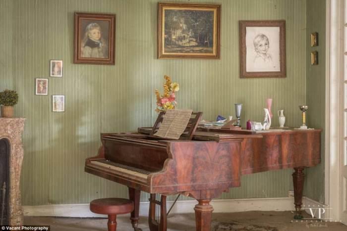 Ноты на пюпитре рояля.