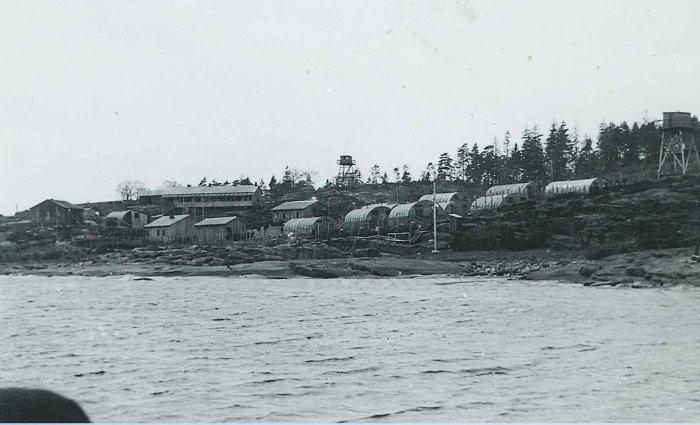 Лагерь, где содержались советские военнопленные, сфотографирован 9 мая 1945 года.