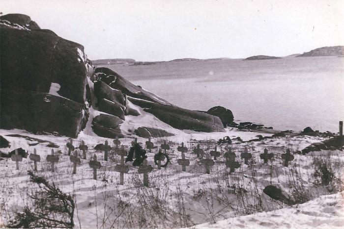 28 могил на берегу. Тела были перезахоронены в 1953 году.