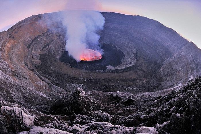 Озеро раскаленной лавы в кратере вулкана Ньирагонго