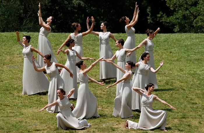 Ритуальный танец жриц на церемонии зажжения олимпийского огня