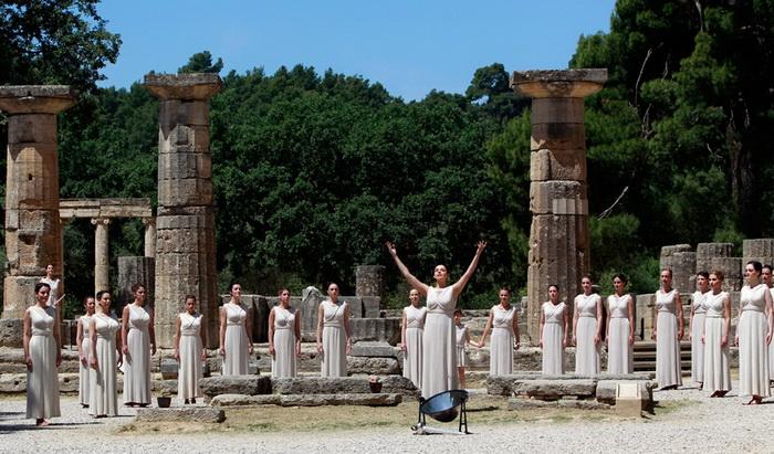 Олимпийский огонь зажгли среди руин древнегреческого храма богини Геры