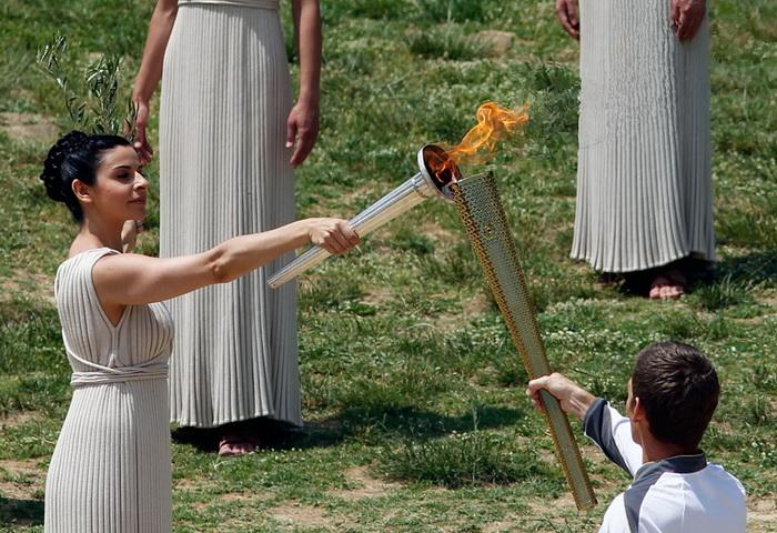 Ино Менегаки передала огонь первому факелоносцу – пловцу Спиросу Янниотису