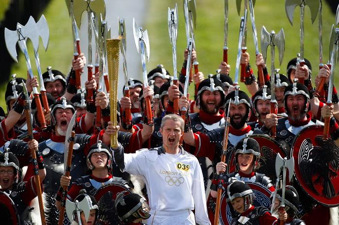 Факелоносец Мэтью Кокс и почетный караул викингов в Шотландии