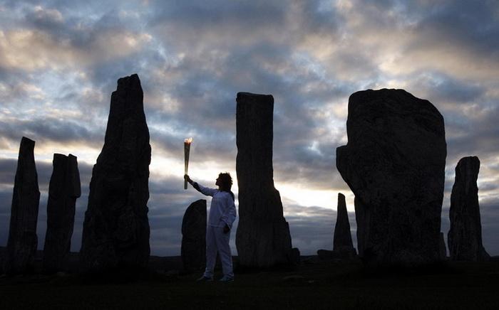Факелоносец Кирсти Уэйд доставил олимпийский огонь в Стоунхендж
