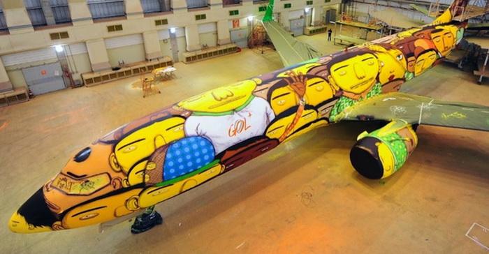 Арт-дуэт «Os Gêmeos» разукрасил Боинг 737