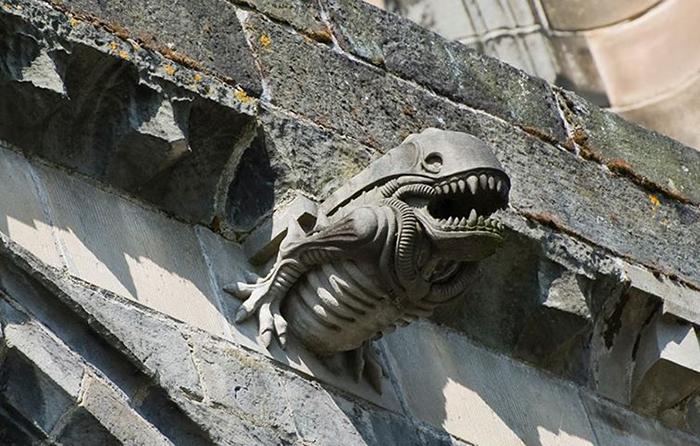 Гаргулья из аббатства Пэйсли, внешне напоминабщая пришельца.
