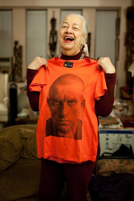Дочь Маяковского с футболкой, на которой - портрет отца. Фото: Peoples.ru