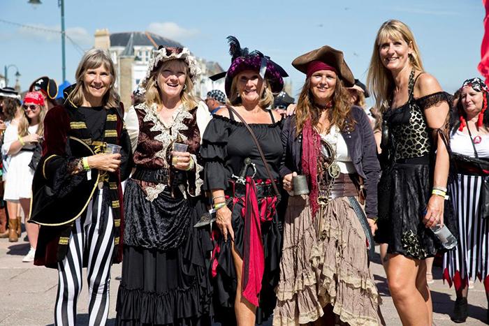 Фестиваль пиратов в городке Пензанс (Корнуолл, Англия).