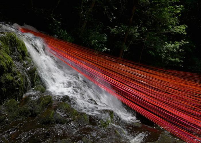 240 ярко-красных лент, повисших над водопадом