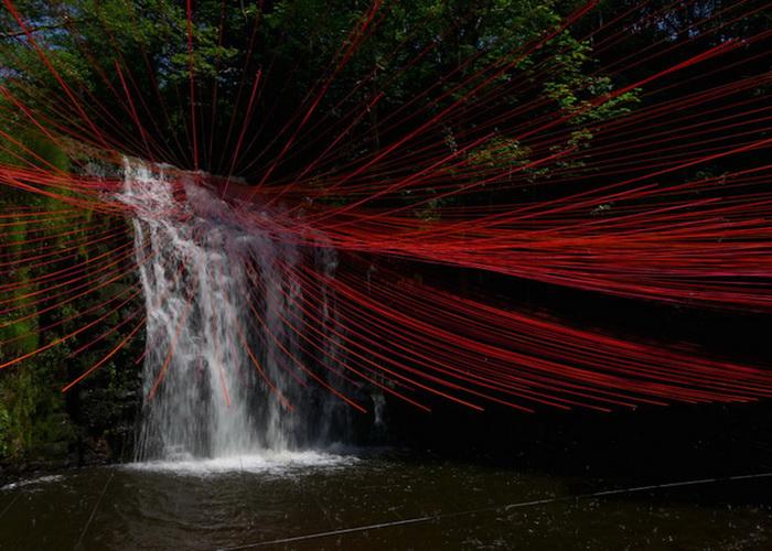 Ярко-красные ленты над водопадом: инсталляция от Пьера Фабре (Pier Fabre)