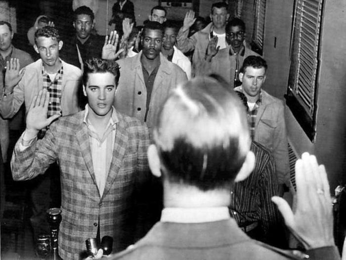 Элвис Пресли с другими призывниками дает присягу.
