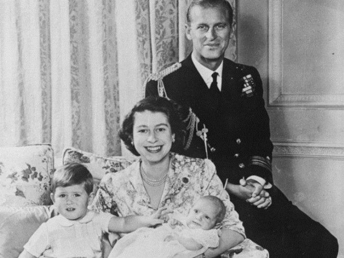Молодая семья с принцем Чарльзом и принцессой Анной.