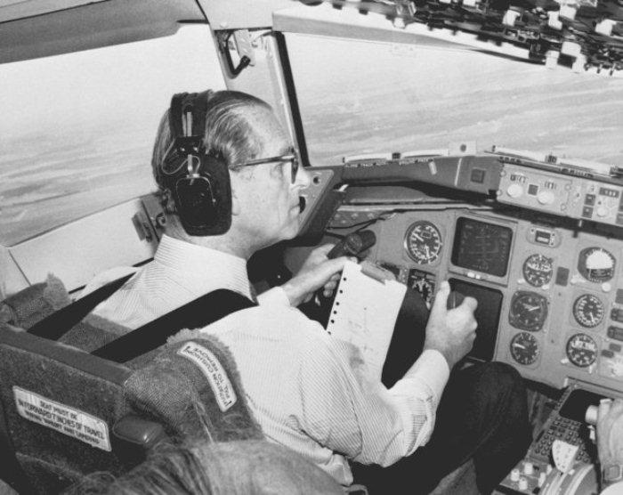 Принц Филипп управляет вертолетом.