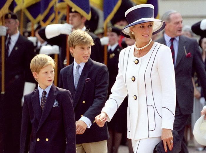 Принцесса Диана с сыновьями Уильямом и Гарри. Фото: eonline.com