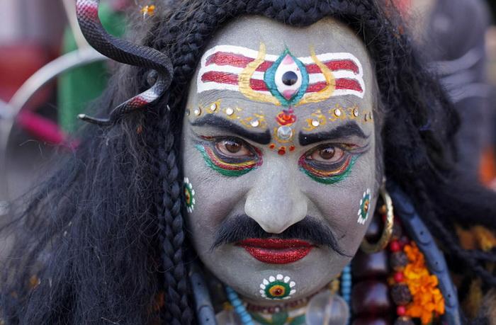 Один из участников ярмарки в образе бога Шивы