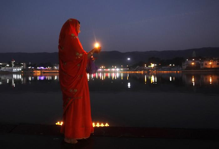 Вечерняя молитва паломников в Пушкаре (Индия)