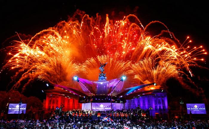 Праздничный фейерверк над Букингемским дворцом