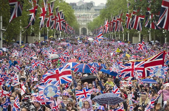 Тысячи людей приветствуют королеву Елизавету ІІ