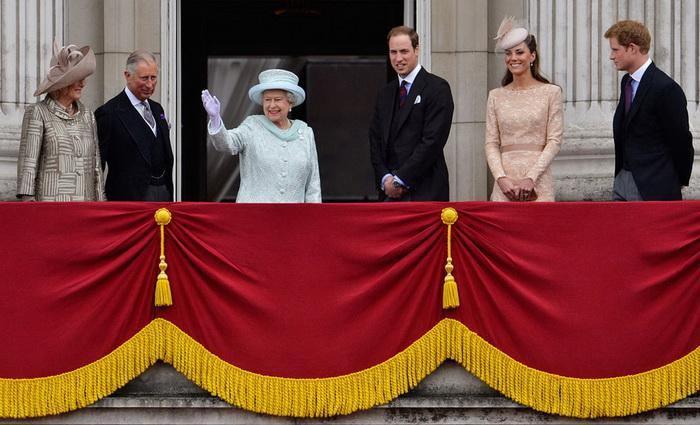 Королевская семья в Букингемском дворце во время юбилейных торжеств