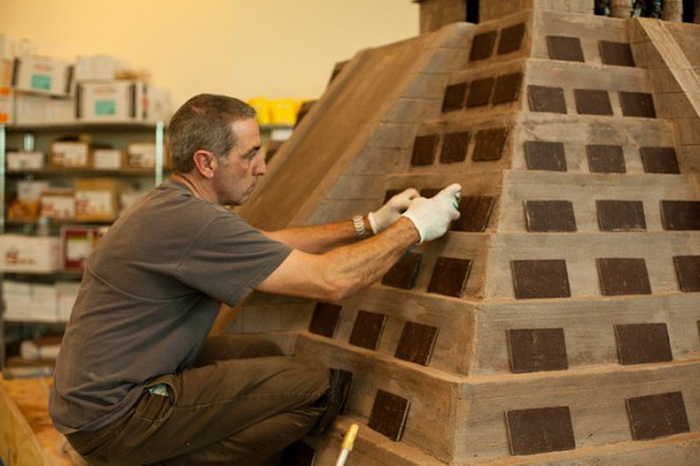 Процесс создания шоколадной копии храма Майя