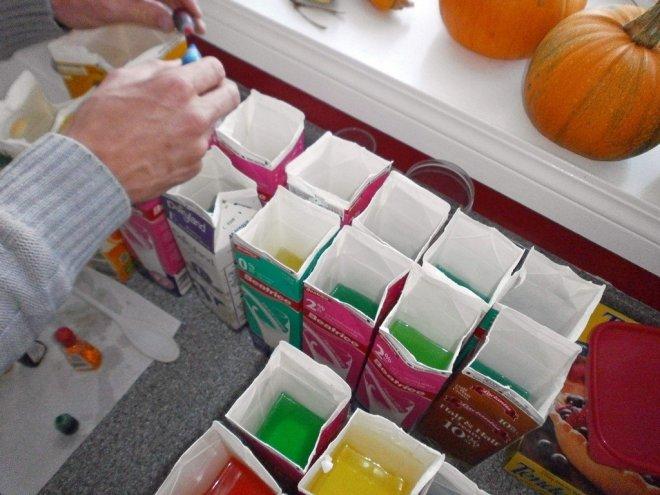 Картонные пакеты послужили формой для разноцветных ледяных *кирпичей*