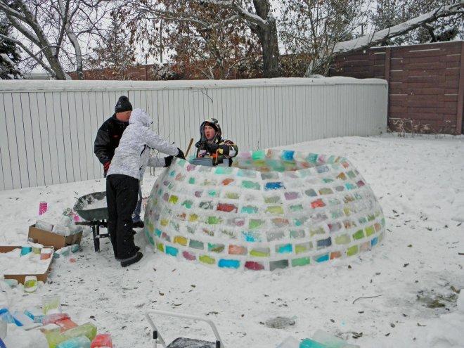 Процесс строительства хижины иглу из разноцветных ледяных *кирпичей*