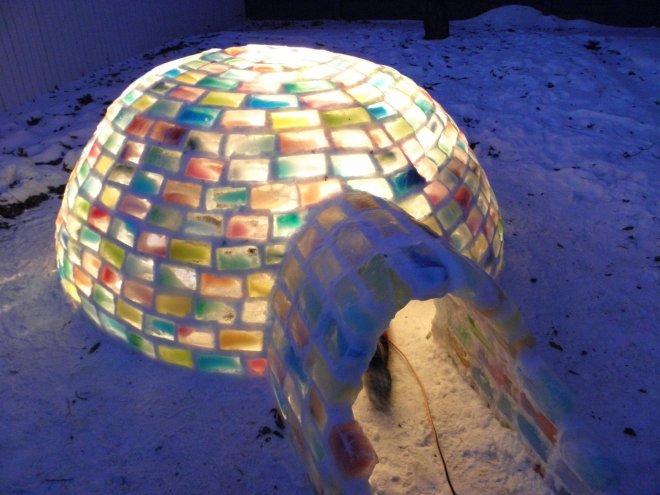 Хижина иглу из разноцветных ледяных *кирпичей*