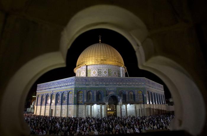 Рамадан - священный месяц у мусульман. Молитва мусульман в одной из мечетей Иерусалима