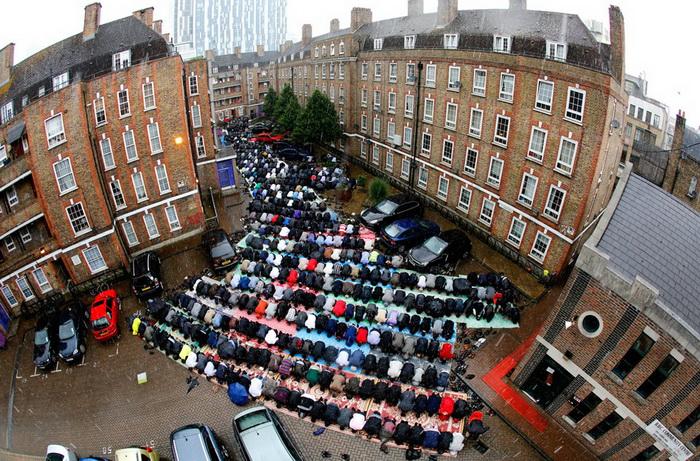 Мусульмане молятся на улице во дворе одного из домов (Лондон)