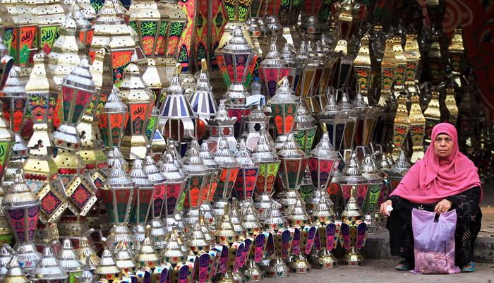 Египет. Торговка продает фонари для празднования Рамадана