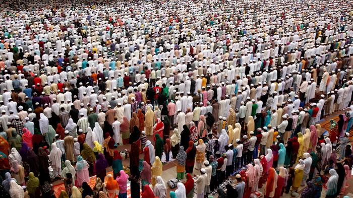Рамадан - священный месяц у мусульман. Молитва мусульман в Нью-Дели, Индия