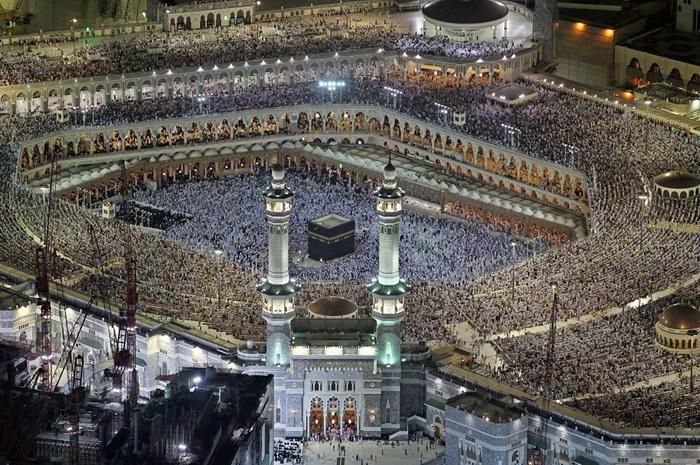 Паломники возле Великой мечети в священном городе Мекка (Саудовская Аравия)