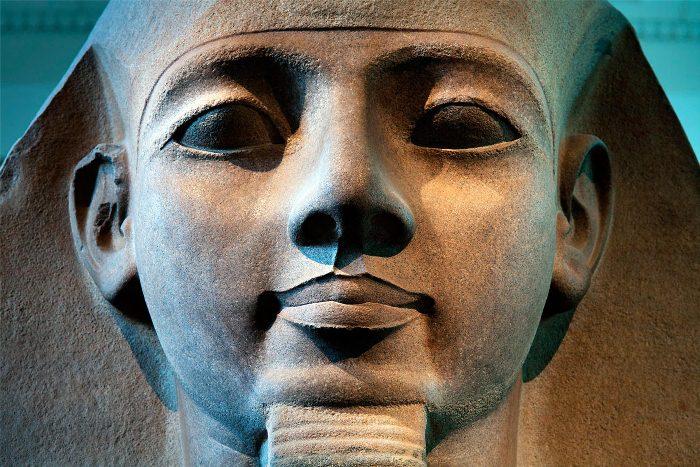 Статуя фараона Рамсеса II.