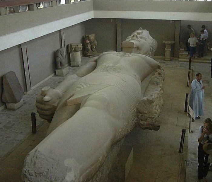 Гигантская статуя Рамзеса Великого в Мемфисе.