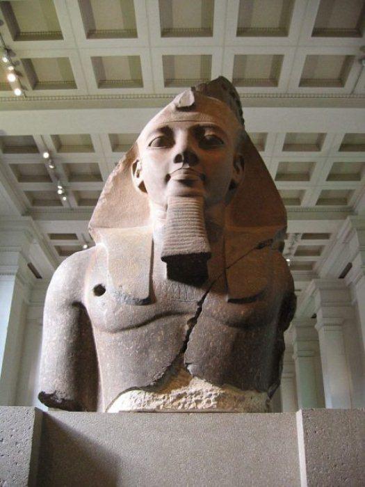 Статуя из храма Рамессеум. Сейчас находится в Великобритании.