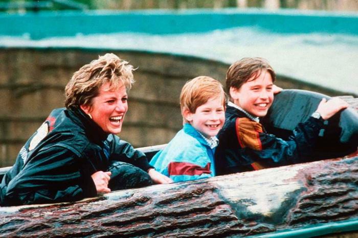 Принцесса Диана с сыновьями в парке аттракционов.