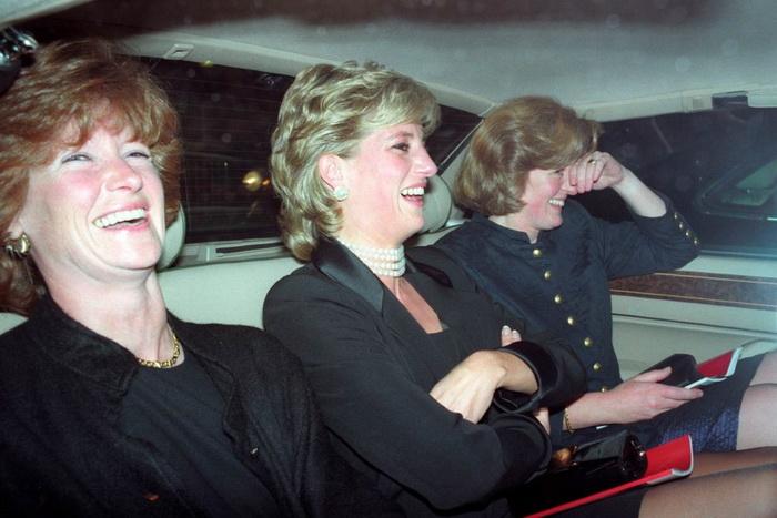 Принцесса Диана в компании сестер - леди Сары Мак Коркодейл и леди Джейн Феллоуз