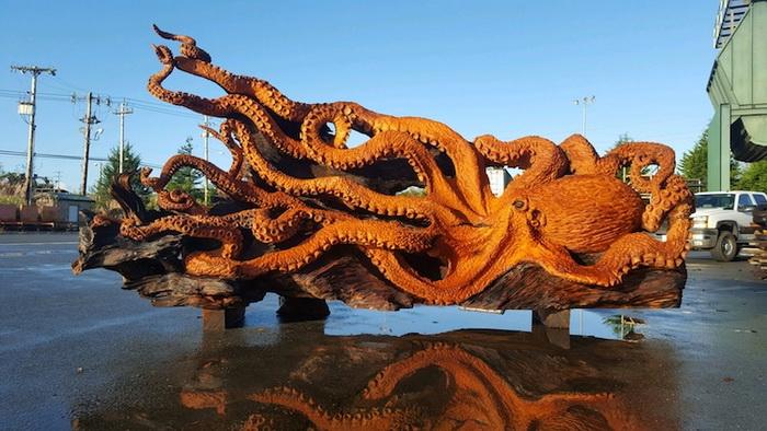 Оригинальная скульптура из дерева.