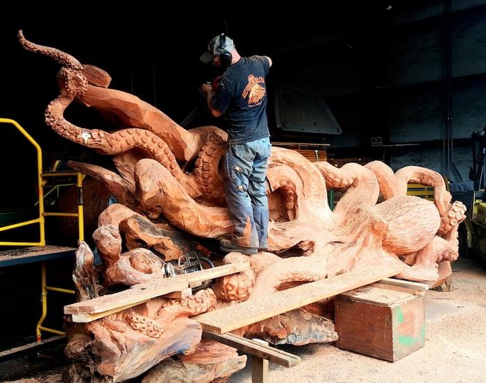Джеффри Майкл Самудоски в процессе работы над скульптурой.