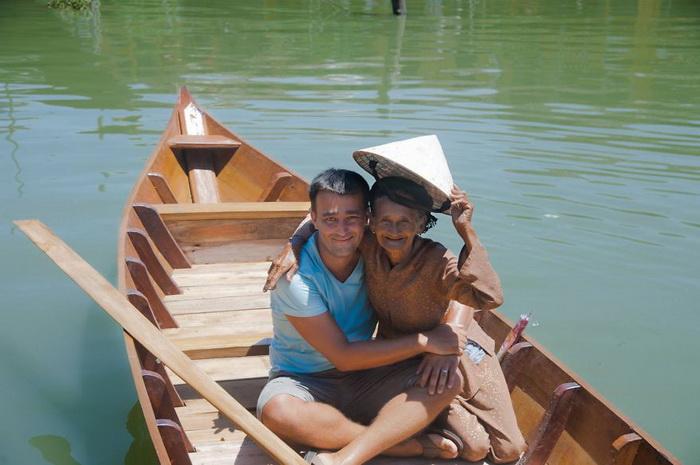 Лодка, подаренная жительнице Вьетнама