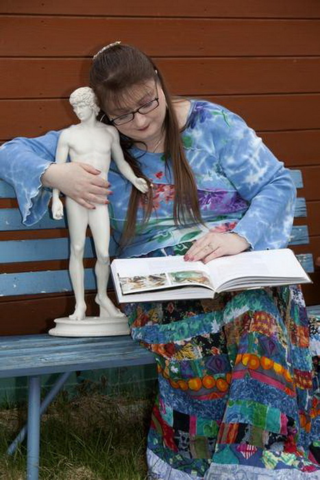 Reighner Deleighnie проводит дни напролет со статуей Адониса