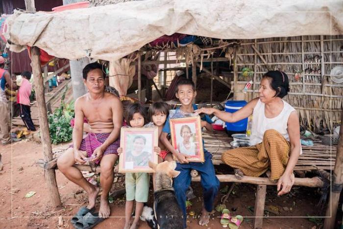 Дети держат в руках портреты своих родственников.