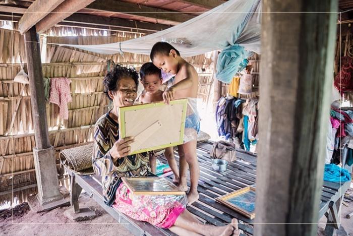 Женщина и дети рассматривают фотографии.