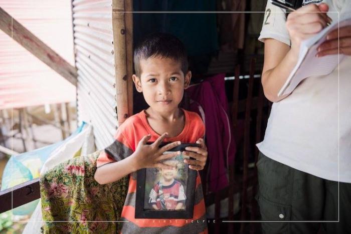Ребенок дорожит своим портретом, два года спустя после встречи с фотографом.