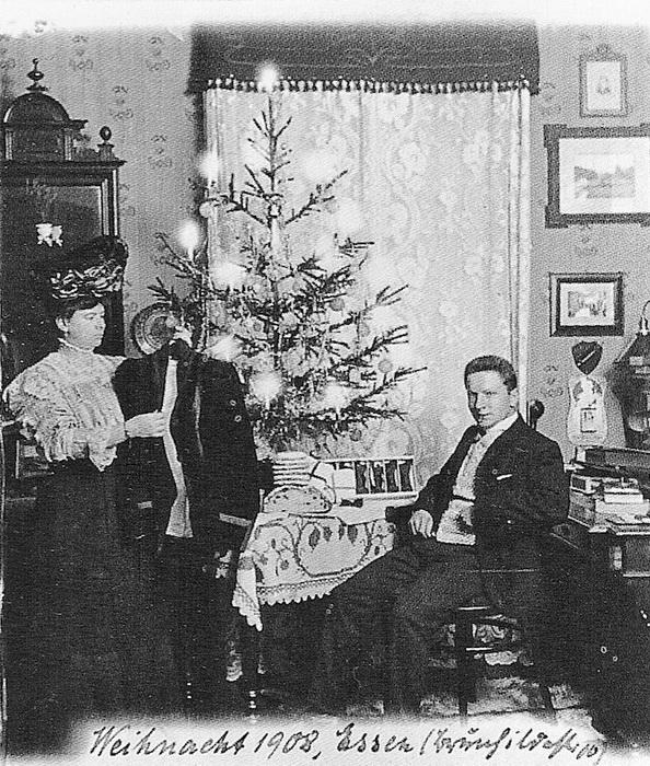 Фотография семьи Вагнер у елки. 1908 год