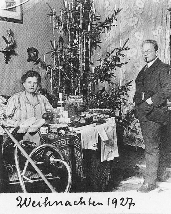 Фотография у елки с пылесосом. 1927 год