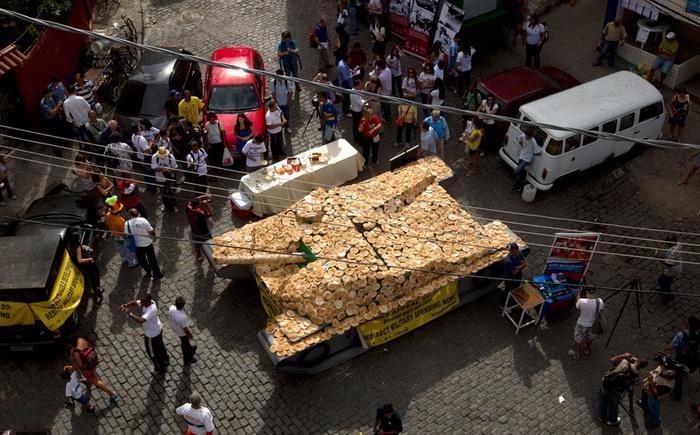 Макет танка в натуральную величину, покрытый хлебом