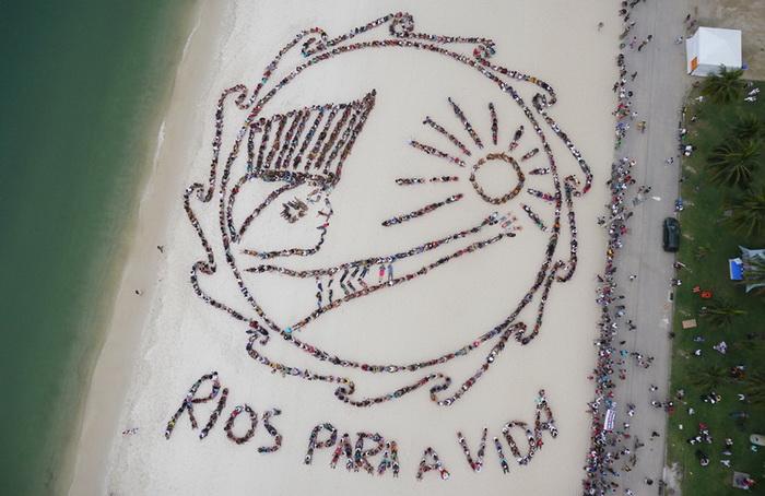 *Живой* баннер, выстроенный из нескольких сотен человек, на пляже Flamengo